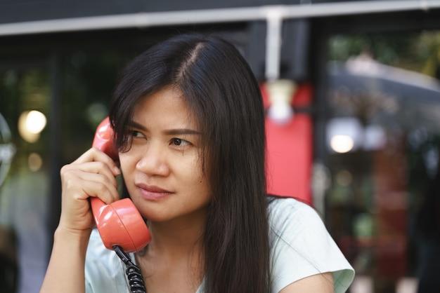 Donna asiatica arrabbiata sul telefono