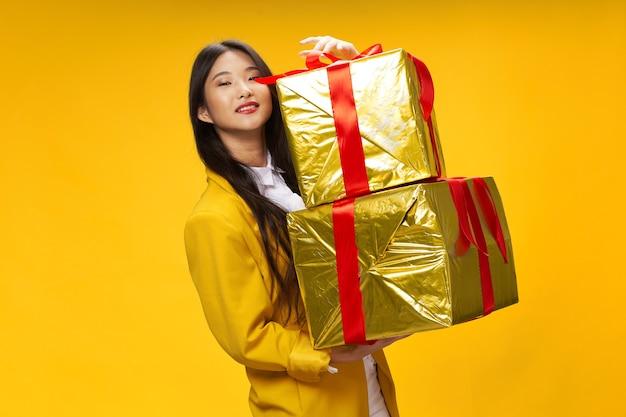 Donna asiatica aspetto vacanza regali di natale modello