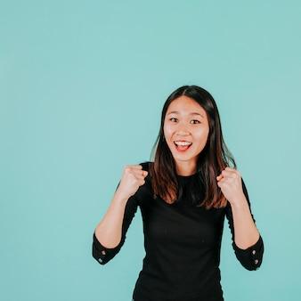 Donna asiatica che celebra il successo