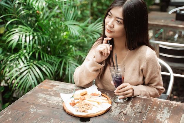 Donna asiatica che gode del pranzo da sola
