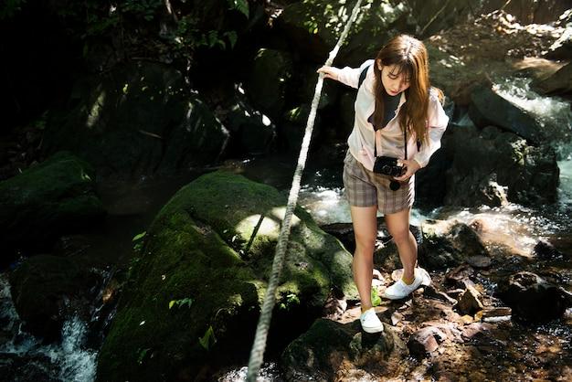 Donna asiatica che gode di un viaggio all'aperto