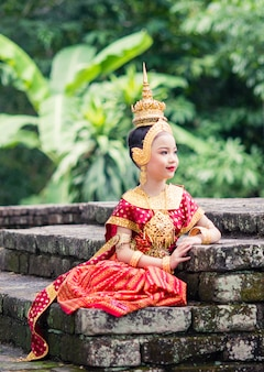 Donna asiatica che indossa un tipico abito tradizionale thailandese, significa letteralmente