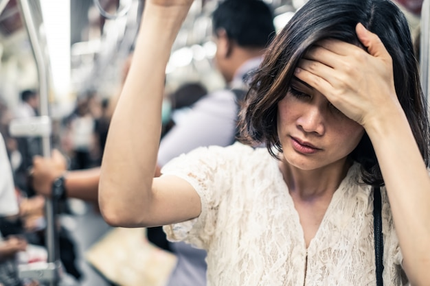 Donna asiatica che indossa una maschera per prevenire il crepuscolo pm 2.5 cattivo inquinamento dell'aria e coronavirus o covid-19
