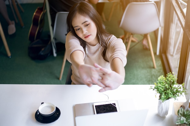Donna asiatica che lavora rilassante al caffè. concetto di libero professionista.