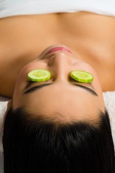Donna asiatica che ottiene un trattamento facciale in stazione termale