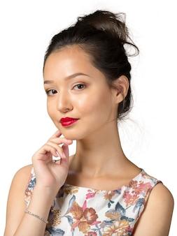 Donna asiatica che pensa sul bianco
