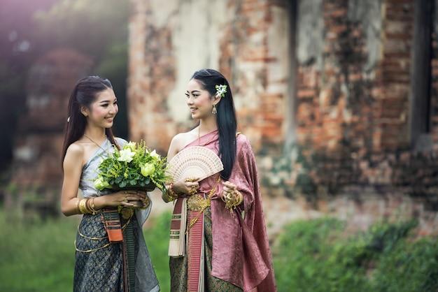 Donna asiatica che porta vestito tailandese tipico, abbigliamento originale della tailandia dell'annata