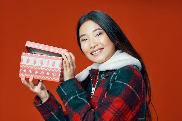 Donna asiatica che posa modello