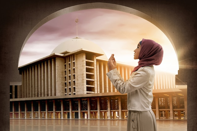 Donna asiatica che prega a dio