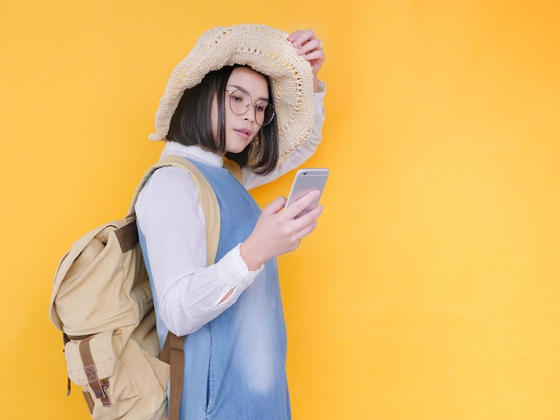 Donna asiatica che prende una foto del selfie con lo smartphone