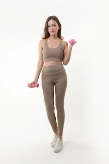 Donna asiatica che si esercita con le teste di legno per il buon sano su bianco