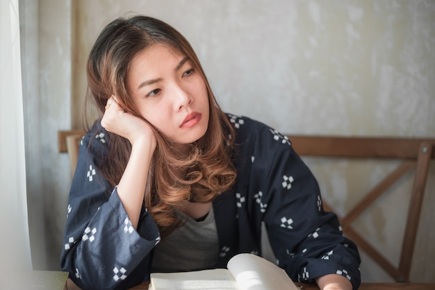 Donna asiatica che si siede da solo e depresso
