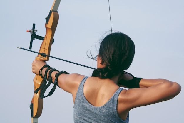 Donna asiatica con arco arachery