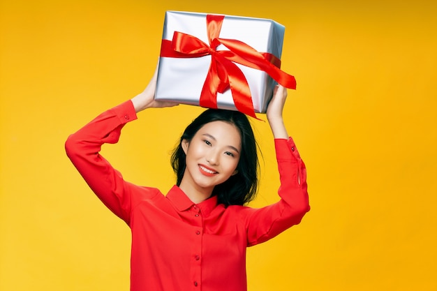 Donna asiatica con enorme confezione regalo