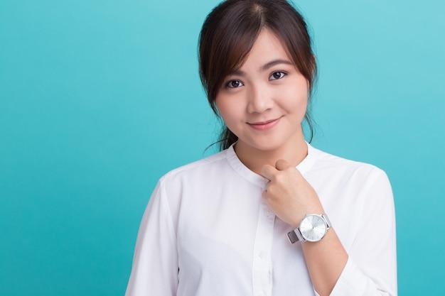 Donna asiatica con il suo orologio