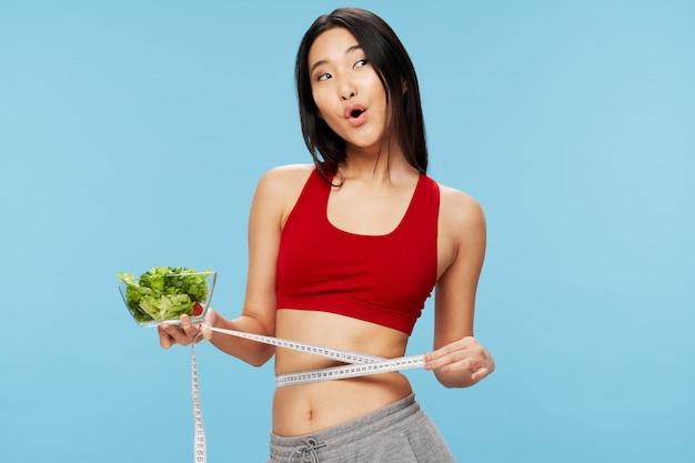 Donna asiatica con insalata