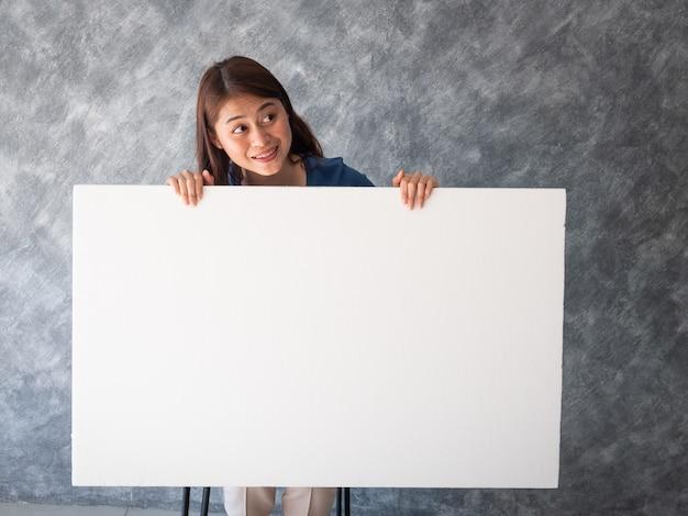 Donna asiatica con lo spazio bianco della copia della bandiera