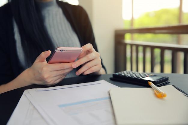 Donna asiatica con smart phone con affari