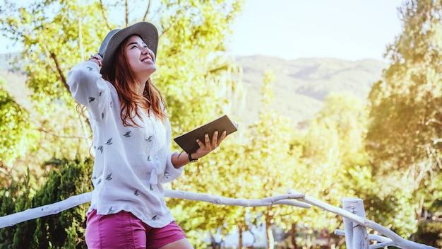 Donna asiatica con un libro