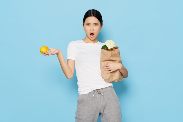Donna asiatica con verdure