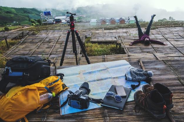 Donna asiatica da viaggio. viaggiare rilassati. esplora la mappa delle località scatta foto