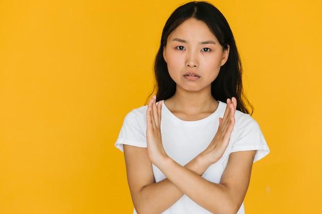 Donna asiatica del colpo medio che sta disapprovando