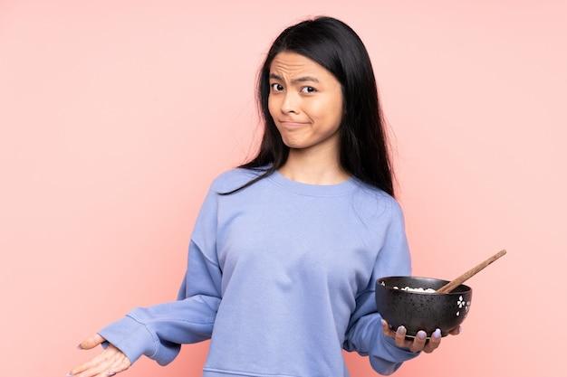 Donna asiatica dell'adolescente isolata su beige