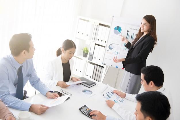 Donna asiatica di affari che presenta il suo lavoro