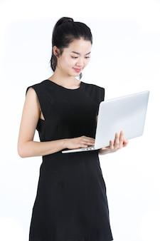 Donna asiatica di affari che utilizza un computer portatile, condizione