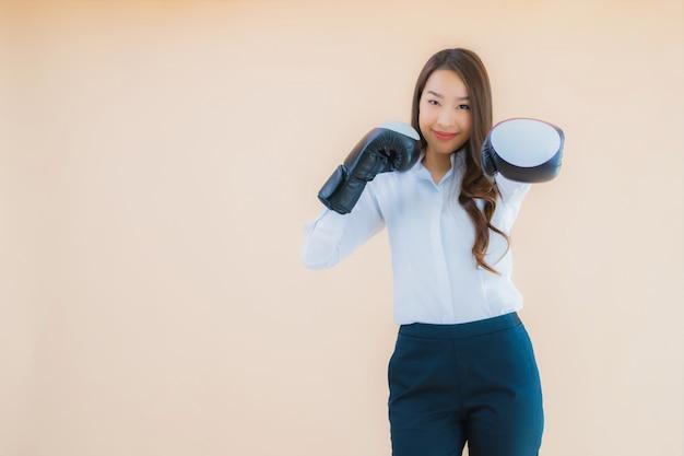 Donna asiatica di bella giovane impresa del ritratto con il concetto di boxe