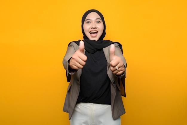 Donna asiatica eccitata che indossa l'hijab