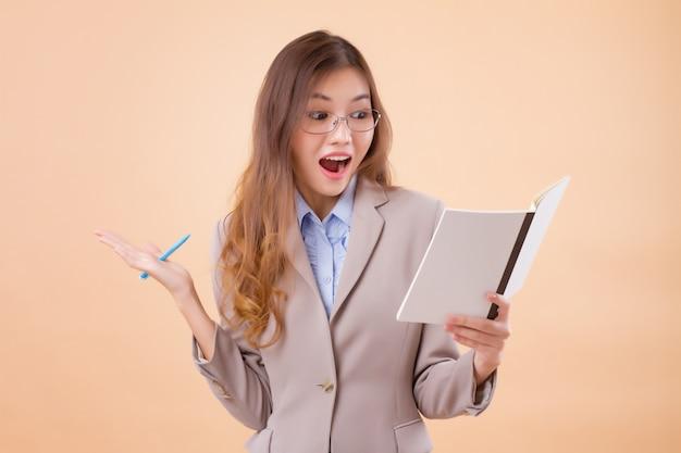 Donna asiatica felice di affari che esamina il documento di rapporto