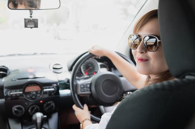 Donna asiatica felice rilassata sulla vacanza di viaggio di estate roadtrip