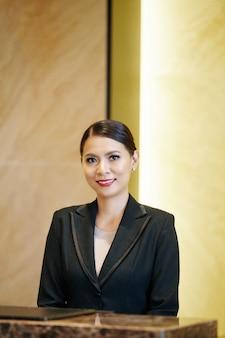 Donna asiatica in albergo