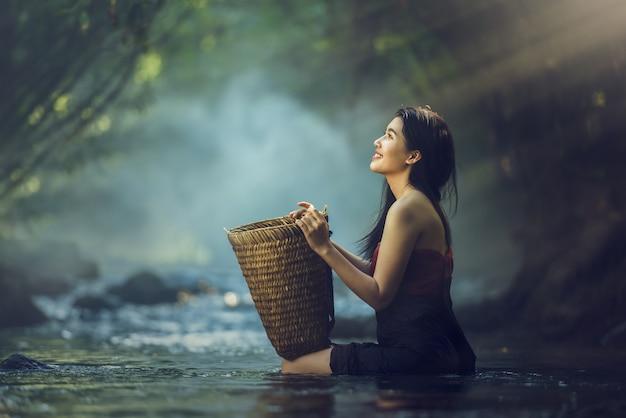 Donna asiatica in cascata, tailandia