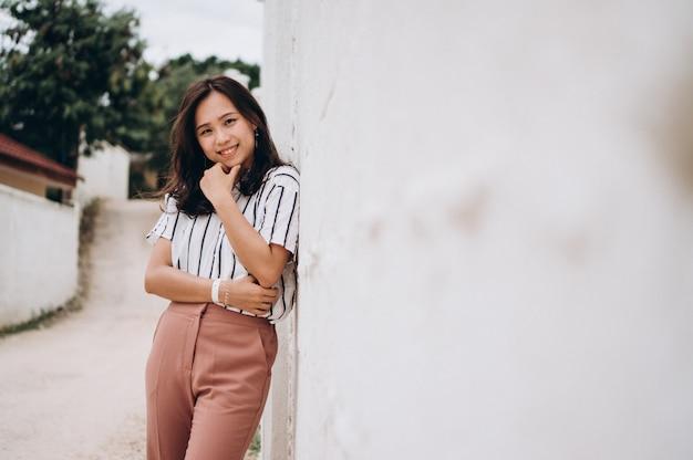 Donna asiatica in vacanza sulla spiaggia