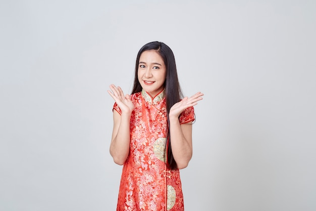Donna asiatica nel cheongsam tradizionale del vestito cinese