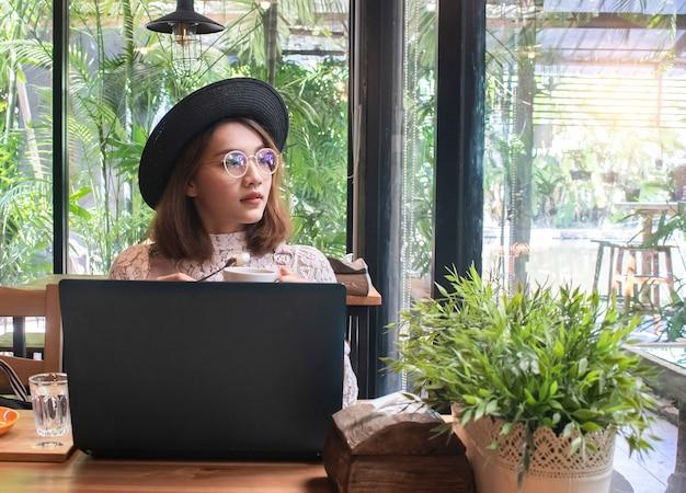 Donna asiatica nel coffee shop café