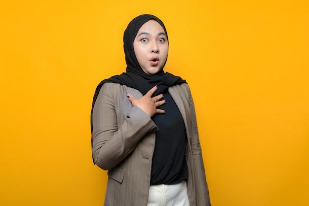 Donna asiatica scioccata sul giallo