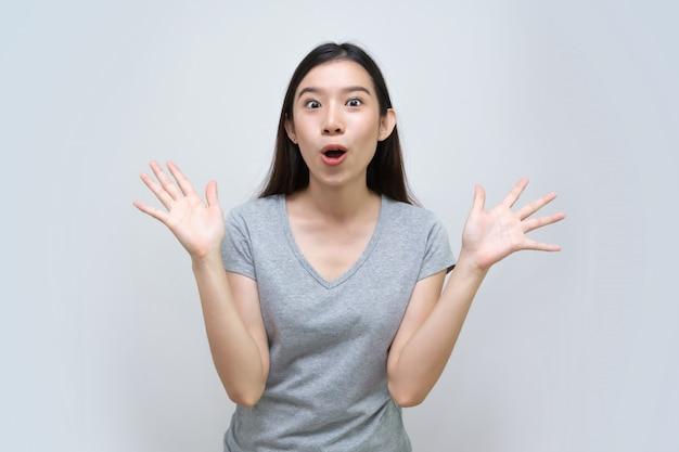 Donna asiatica sconvolta eccitata, bella giovane donna