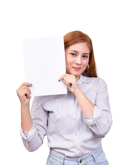 Donna asiatica sorridente che tiene bandiera bianca in bianco