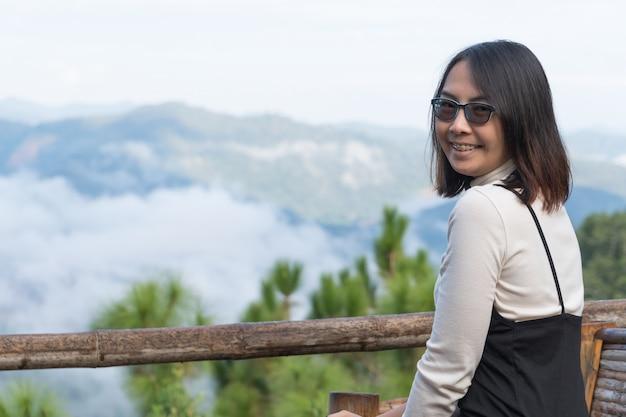 Donna asiatica sorriso e felice.
