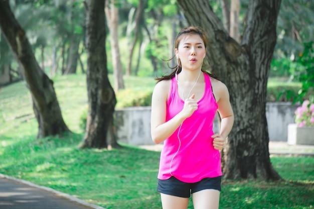 Donna asiatica sportiva in esecuzione