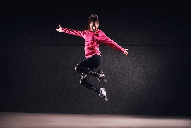Donna atletica adatta nell'espressionismo a mezz'aria.
