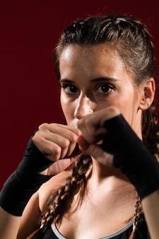 Donna atletica del primo piano in vestiti di forma fisica