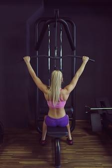Donna atletica forte e bella allenamento in palestra