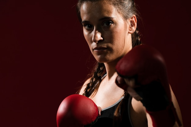 Donna atletica in vestiti di forma fisica e guanti di scatola