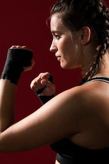 Donna atletica in vestiti di forma fisica lateralmente
