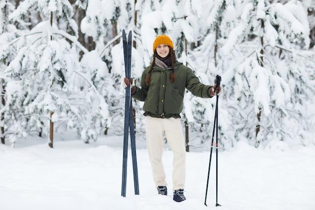 Donna attiva che gode dello sci