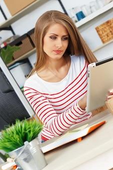 Donna attraente al lavoro